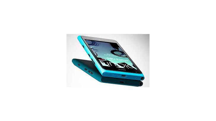 Nokia Lumia 900 โชว์ความแข็งแกร่งของหน้าจอ ด้วยการใช้ตอกตะปู