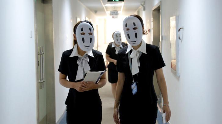 จีนอนุญาตให้พนักงานใส่หน้ากากมาทำงาน หวังลดความเครียดจากการต้องปั้นหน้ายิ้มรับลูกค้า