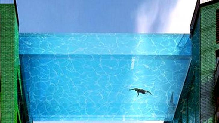 สระว่ายน้ำลอยฟ้า !? สุดเจ๋ง แบบโปร่งใส ที่แรกของโลก