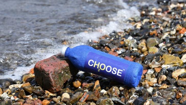 ปรบมือให้! หนุ่มอังกฤษคิดค้นขวดน้ำที่สามารถย่อยสลายได้ใน 3 สัปดาห์