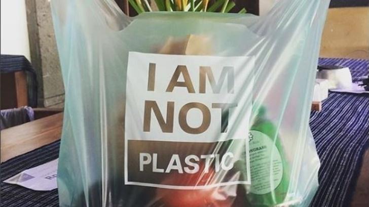 อินโดนีเซียผลิตถุงพลาสติกทำจากมันสำปะหลัง เป็นมิตรต่อสิ่งแวดล้อม