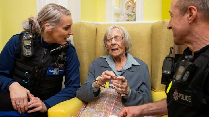 คุณยายอายุ 104 ปี มีความใฝ่ฝันว่าอยากโดนตำรวจจับสักครั้งในชีวิต...